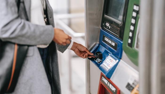không nên rút tiền mặt từ thẻ tín dụng
